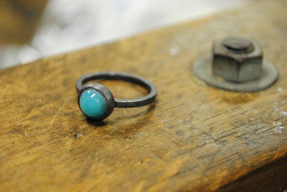 Anel em prata esterlina (950) oxidada, com aro roliço e ágata azul em cravação inglesa. Tamanho 20(USA size 8)