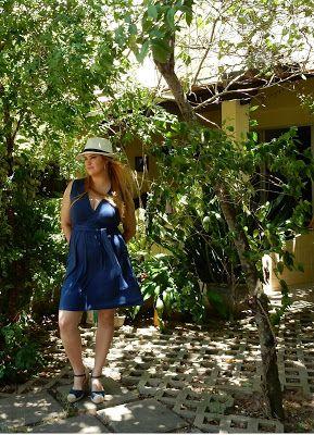 Chapéu com charme: combinado ao clássico vestido azul marinho e espadrilhas. A cara do verão!