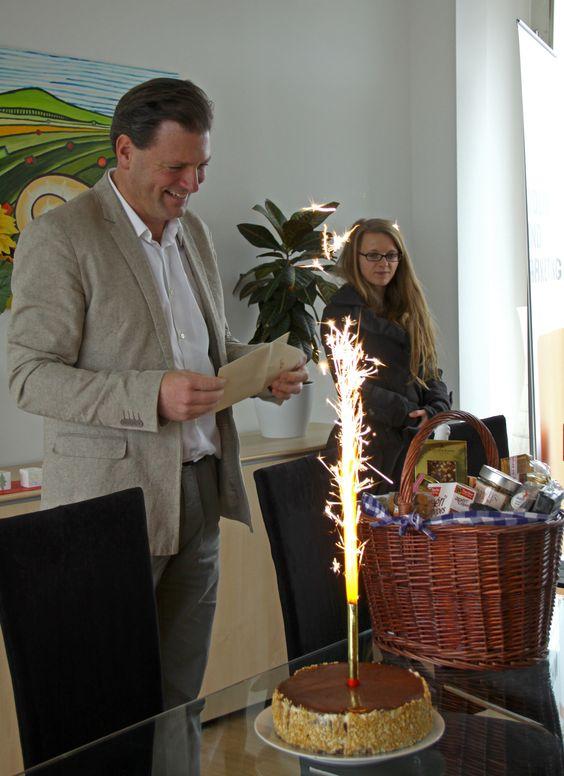 Happy #Birthday Martin! Zum Geburtstag überraschten wir unseren CEO mit einem prall gefüllten Geschenkkorb und einer spritzigen Geburtstagstorte ;-)
