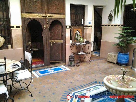 magnifique riad patio avec fontaine salon marocain. Black Bedroom Furniture Sets. Home Design Ideas