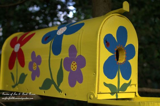 When I found an old mailbox at a garage sale I decided to see what I could make from it. With just wood scraps,the mailbox and some paint I made a Mailbox Birdh�