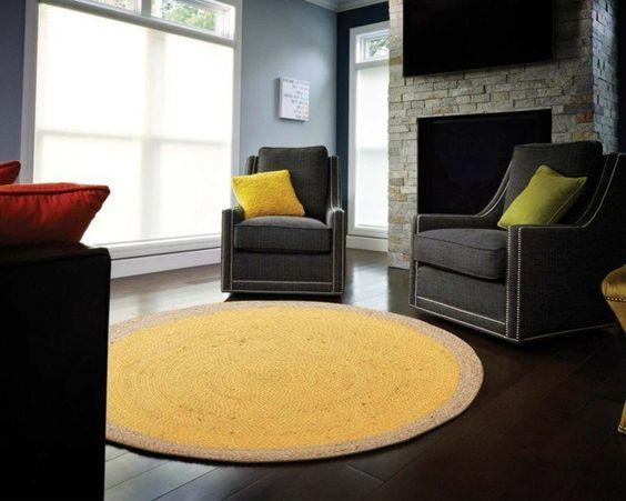 runde teppiche gelb graue sessel farbige dekokissen