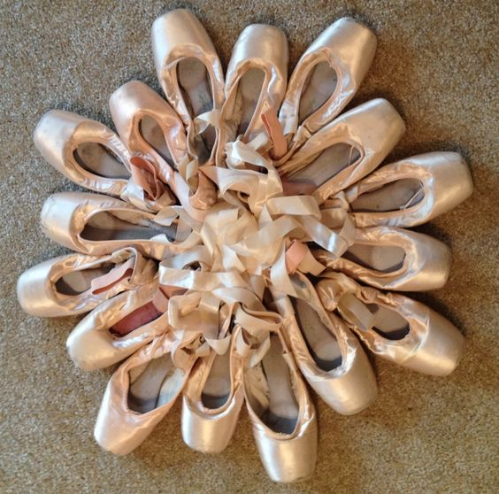 Wire wreath wreath forms and pointe shoes on pinterest for Ballet shoes christmas decoration