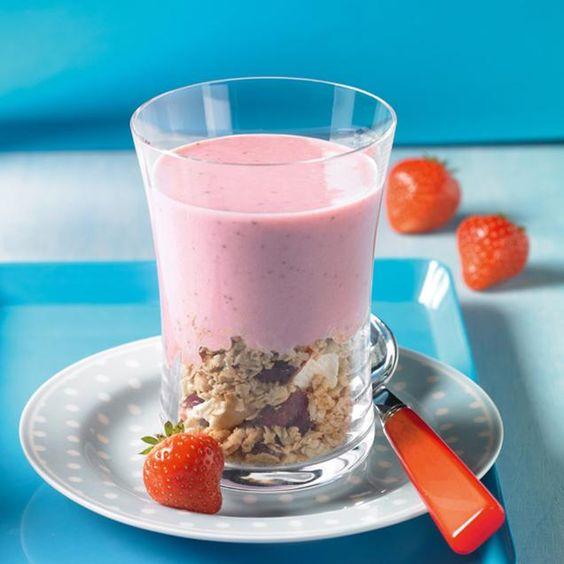 Ein erfrischender Shake mit Erdbeeren auf knusprigem Müsli