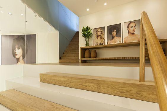 A escada combina madeira freijó e a mesma resina autonivelante utilizada nos três pisos. A partir do nível intermediário, ela se abre como uma arquibancada