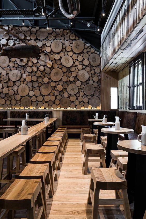 A Log parede gigantes é um ponto focal neste restaurante na Austrália