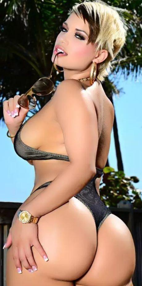 Photo: jeune salope avec ses très gros seins et son monumentale cul en maillot de bain.