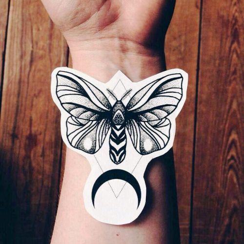 Motte Tattoo Bedeutung Des Motivs Und Einige Der Schonsten Mottenarten Tattoo Bedeutungen Geometrisches Tattoo Tattoo Armel