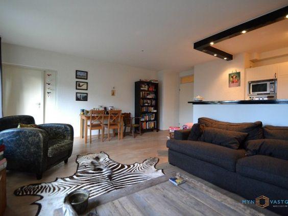 De woonkamer (c.a. 25m2) voorzien van een open keuken, grote ...