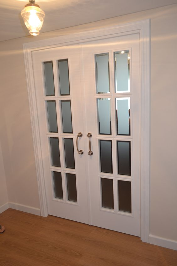 Dise o de puerta interior en sal n de hogar puertas for Paginas de diseno de interiores