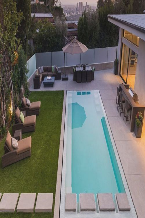 The Living Room Of This Modern House Opens Up To The Backyard And Swimming Pool The Angled Roof Line Stands Out A Pool Rechteckig Pool Terrasse Pool Im Garten