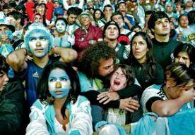 14-Jul-2014 5:26 - ARGENTIJNEN BERUSTEN IN VERLIES. In Buenos Aires waren de fans zelfs in bomen geklommen om de wedstrijd op het grote scherm op het centrale plein te kunnen zien. Maar het mocht niet baten: ze zagen hun geliefde Albiceleste's in de finale van het WK voetbal verliezen van Duitsland. Op Plaza San Martin bouwde de hoop zich gedurende de dag op; velen geloofden dat hun land werkelijk wereldkampioen kon worden. Tienduizenden waren naar het plein gekomen om daar de wedstrijd...