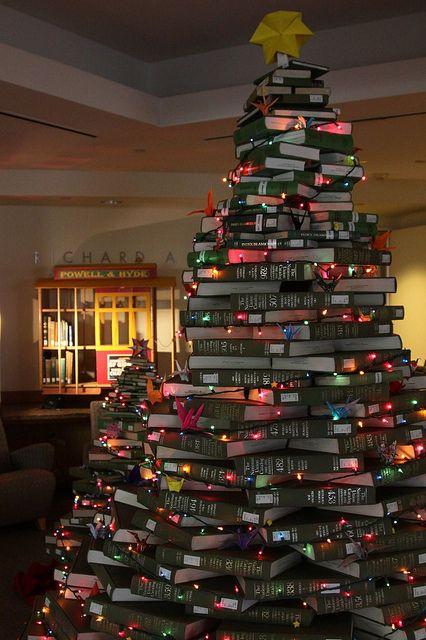 Une variante encore plus grande du sapin de Noël fait de livres, une idée grandiose pour une bibliothèque ou une librairie, non ?: