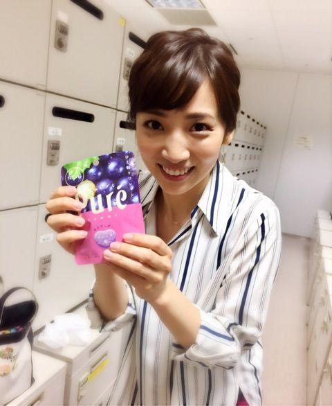 内田敦子グミを持って笑顔画像