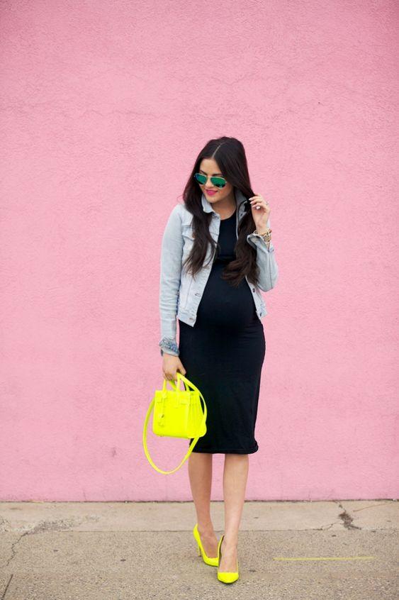 Mujer con bolso y zapatos amarillos