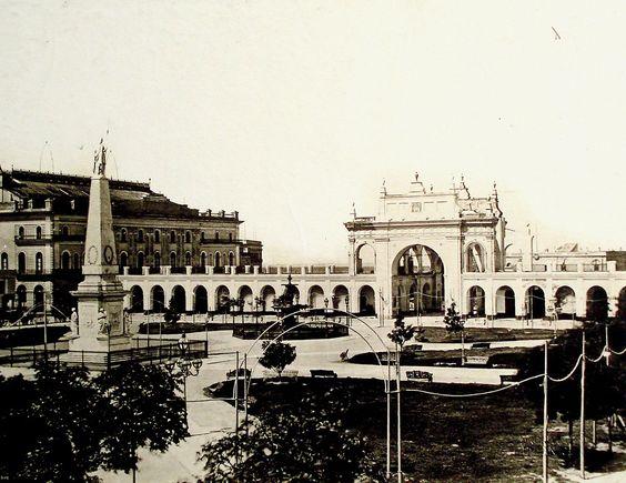 Recova de la Carne en 1875. Al fondo se puede observar el primer edificio del Teatro Colón
