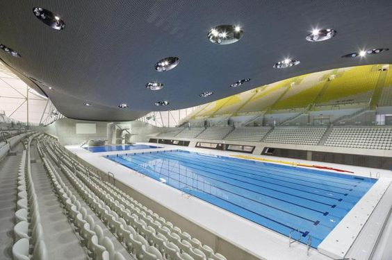 piscine olympique, un complexe aquatique, plafond lumineux