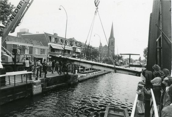 1980 Sluisbrug krijgt nieuw wegdek
