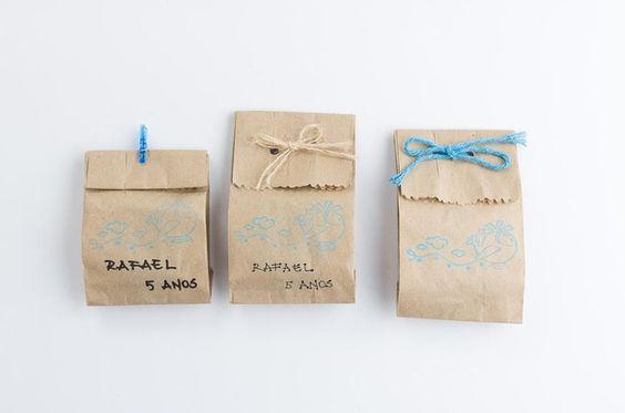 Pães de mel embalados em saquinho craft decorado/personalizado em diversos motivos. Consulte-nos.  Escolha o recheio: doce de leite, brigadeiro, gengibre, damasco, castanha do Pará, trufado e trufado branco.  Escolha a cobertura: ao leite, meio amargo ou branca. R$ 5,00