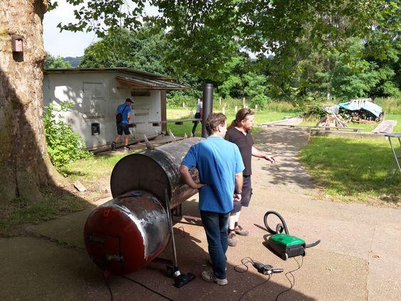 9.7.2016 - Sommerfest  Letzter Schliff für den selbstgebauten Grill