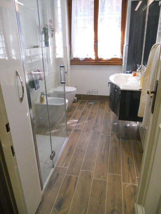 In un bagno datato un intervento radicale: via la vecchia vasca, che viene sostituita da un ...