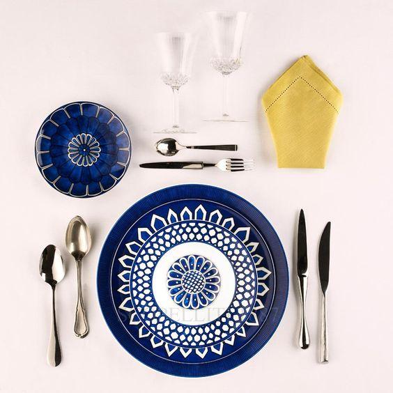 Con questo decoro, la porcellana di Hermès mescola la sua tavolozza di colori. Bleus d'Ailleursè una miscellanea di tradizioni e di culture a metà strada fra Europa e Oriente. Ispirata all'arte decorativa orientale, richiama in modo esplicito anche al colore dei mari del Mediterraneo con il blu cangiante, deciso e provocatorio, e i decori geometrici