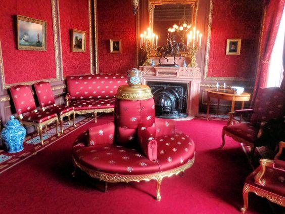 De rode salon was het domein van mevrouw Van Gijn-Vriesendorp. Hier kon ze haar gasten voorafgaand aan het diner ontvangen of theedrinken met vriendinnen. In het elegante interieur zijn alle onderdelen zorgvuldig op elkaar afgestemd. Het ruiterbeeld van Willem van Oranje op de schoorsteenmantel is vrijwel identiek aan het bronzen beeld dat hier oorspronkelijk stond. Het is een model naar het standbeeld dat in 1843 voor paleis Noordeinde in Den Haag werd opgericht.