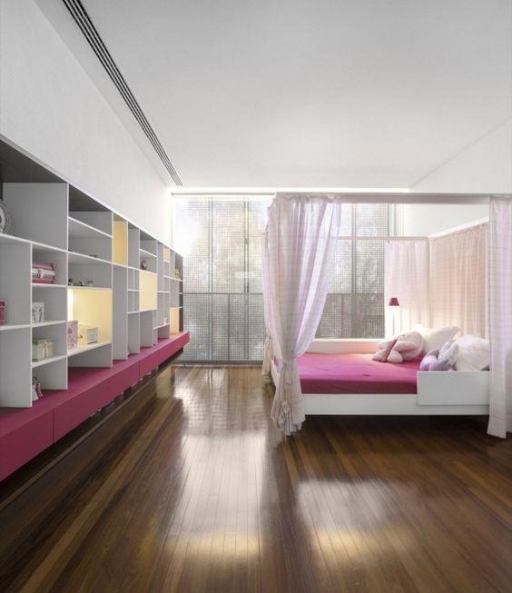 Schlafzimmer Himmelbett-offenes Regalsystem-Pink Weiß-Regale