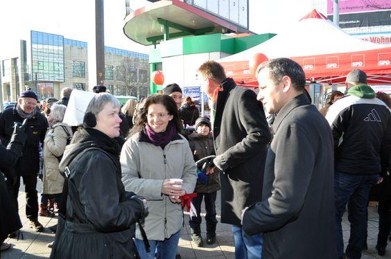 Erika Tietze von der Magdeburger Stadtmission mit den Bundestagsabgeordneten Waltraud Wolf und Sebastian Edathy auf der Meile der Demokratie 2013 in Magdeburg.