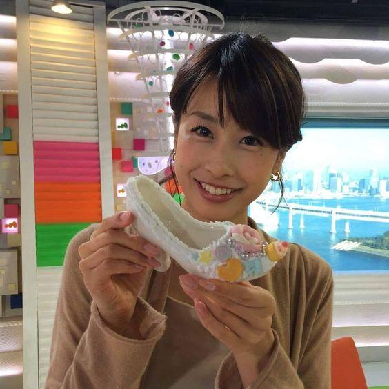 靴を持つ加藤綾子