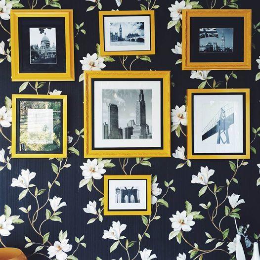 Explore a dupla papel de parede + quadrinhos de fotos PB. O papel de parede colore e deixa o ambiente gostoso e intimista. A opção de estampas é sempre muito variada.  E mais, se você pendurar quadros de fotos PB por cima, vai encher sua parede de personalidade. As molduras podem ter modelos diferentes, mas o importante é que a cor converse com a cor das estampas - pra não ficar lotado de info! Os detalhes dessa decoração vão ganhar a atenção de quem estiver por perto :) foto dele!