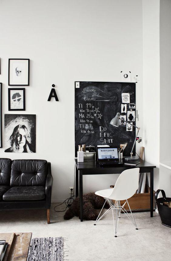 Un coin Bureau noir et blanc - un grand tableau noir idéal comme pense-bête #black+white #workplace