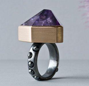 Anna Heindl - Ring. 14 ct red gold, silver blackened, amethyst, hematite.