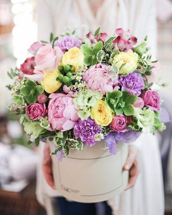 Теплоты и летнего настроения ,колдуем в нашем цветочном пространстве ✨😊💫 #цветывкоробке #нижнийтагил #pions #rosa #flora #flowers #flower… 海外のお花屋さんで見つけた可愛い色合いのブーケ①まず最初にご紹介するのは、グリーンのピンク、グリーン、イエロー、パープルの華やか&ナチュラルなウェディングブーケ*グリーンをベースに入れているので、ピンクイエローパープルのお花をポンポンと入れるとお花畑みたいです♡