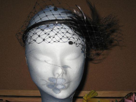 Diadema con tocado de plumas y velo recogido hacia la frente