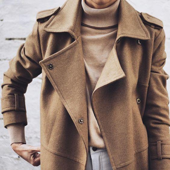Trench noisette en laine + pull col roulé beige + jean très clair = le bon mix (instagram Pepamack):