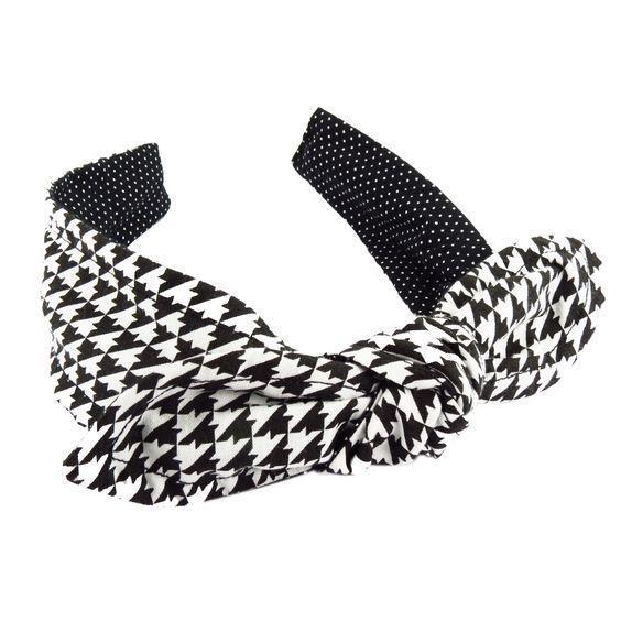 Tiara de Cabelo confeccionada com lindos tecidos, 'doubleface', podendo ser usado dos dois lados ou até mesmo torcido. Vem com um lacinho opcional.  Rápido, prático e ideal para dar um Up no visual.