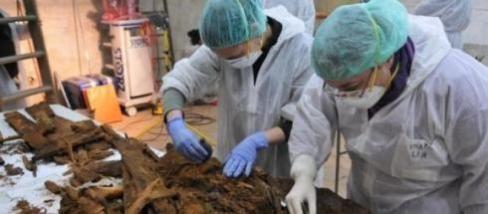 Peritos tentam identificar os restos mortais
