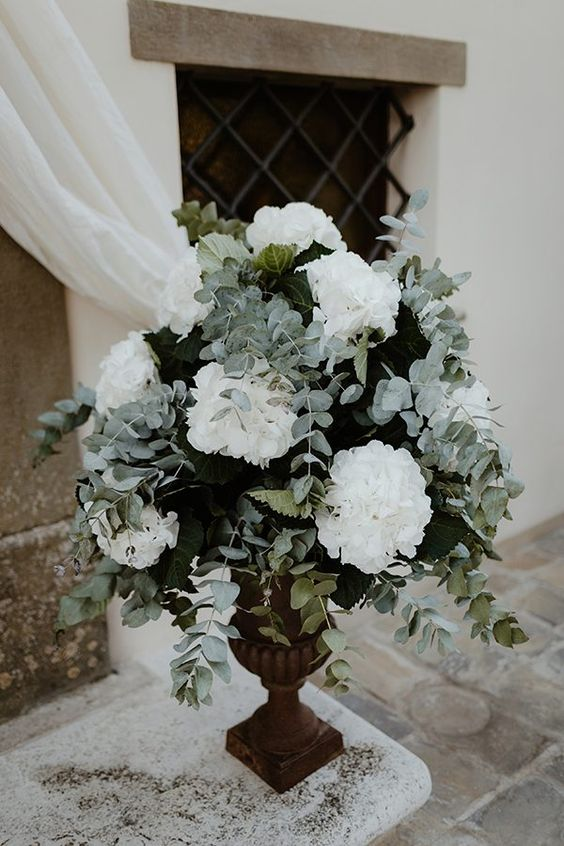 white wedding flowers photo by Cinzia Bruschini http://ruffledblog.com/elegant-umbrian-castle-wedding