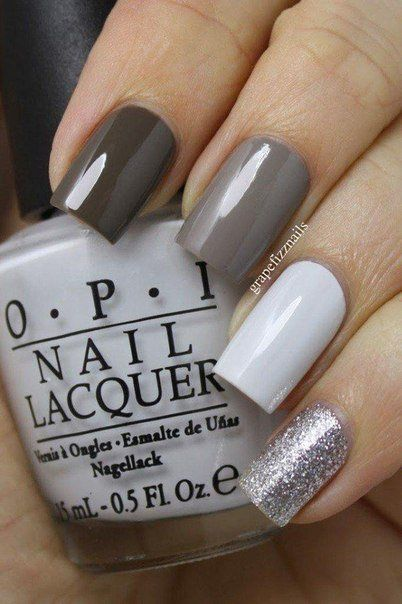 Each nail of tree-color nail polish with the transition from one tone into another is ideal for an evening dress in dark colors. Glitter added to the littl