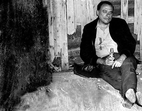 """""""Porres sensacionais, ceticismos, machismos, relacionamentos baratos, sexo fácil, linguagem informal ou chula, referências aos subempregos exercidos, solidão, humor-negro, pontuação desajustada e xingamentos: tudo estava em pauta para o autor alemão. Qualquer fosse o foco de Bukowski, o estilo parecia agradar a nova massa dos alternativos e intelectuais dos anos 60, já entorpecidos pela geração beatnick, antes prestigiada por obras como """"On the road"""", de Jack Kerouac."""""""