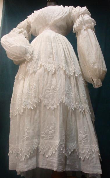 belle robe d 39 t en mousseline blanche brod e vers 1830 1835 mousseline blanche finement. Black Bedroom Furniture Sets. Home Design Ideas