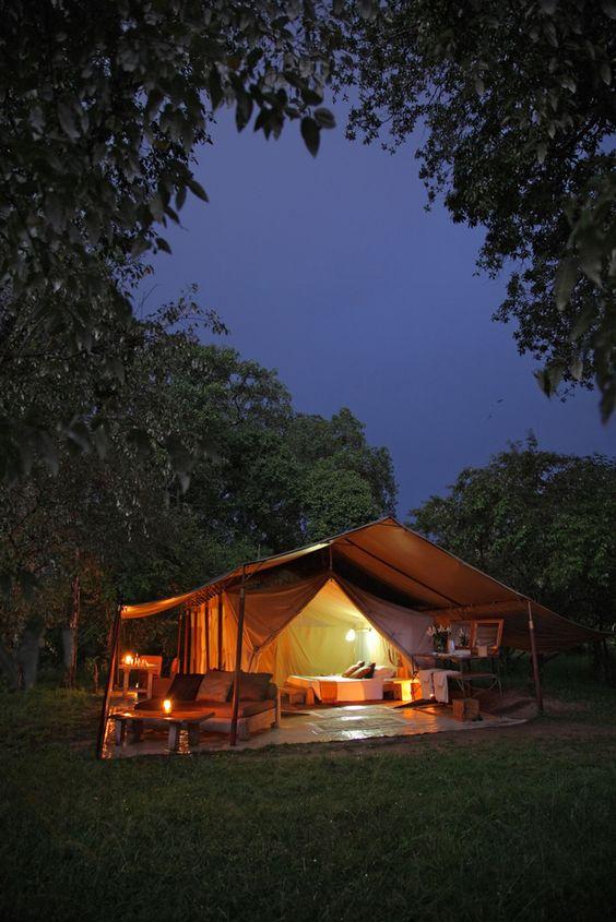 La tente de luxe vue dans la nuit pour une ambiance romantique