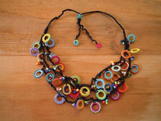 Para este collar círculo alegre ganchillo alrededor de pequeños anillos plásticos con hilo de poliéster. Entonces yo les ganchillo seedbeads