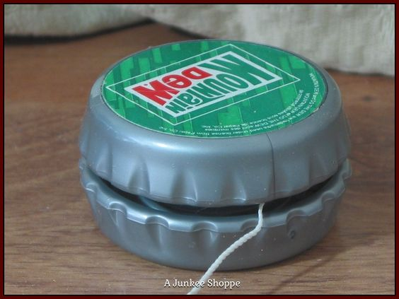 "MOUNTAIN DEW Soda 1992  "" Do The Dew "" Bottle Cap Yo Yo Used  Junk 659  http://ajunkeeshoppe.blogspot.com/"