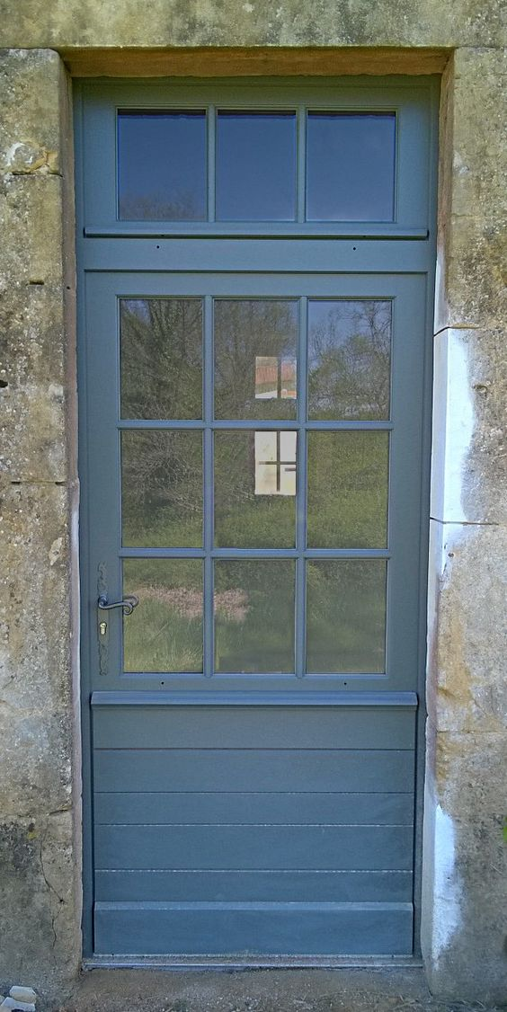 Porte d 39 entr e avec imposte comprenant un soubassement lames horizontales irr guli res et for Porte vitree exterieure