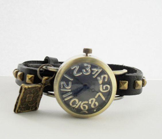 Armbanduhr am  Lederarmband wahlweise mit Charm.  Sehr filligranes Ziffernblatt und Zeiger.  Sieht sehr antik und edel aus.    ♥Den Versand bezahlt...