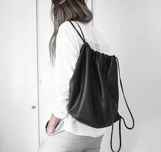 Diese Rucksäcke in Form eines Turnbeutels, aus Leder mit Kordelzug, sind lässig und edel zugleich! Hier entdecken und shoppen: http://sturbock.me/ON0