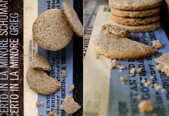 Digestive casalinghi:Per 15 biscotti:100 g farina integrale grano tenero-100 g farina integrale d'avena -50 g zucchero canna o semolato-83 g olio mais o girasole 4 cucchiai latte intero a temperatura ambiente- sale un cucchiaino abbondante lievito per dolci  Frullare tipo maionese latte +olio.Far raffreddare in frigo.  farine,lievito,zucchero,sale mescolare.+emulsione. palla frigo mezz'ora. stenderlo 3-4 mm. carta da forno 170° 10 minuti.