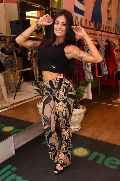 Aline Riscado dá 5 dicas para ter a barriga e o bumbum perfeitos